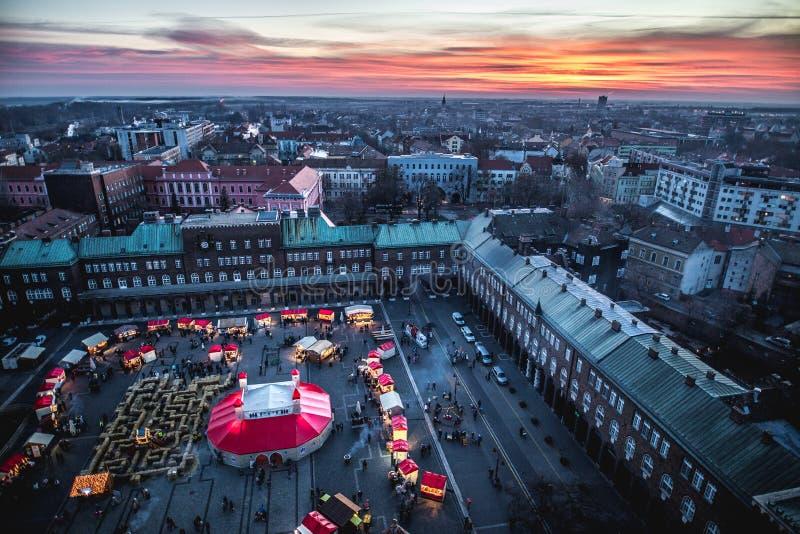 Εναέρια άποψη αγοράς Χριστουγέννων εμφάνισης Szeged στο ηλιοβασίλεμα στοκ φωτογραφίες