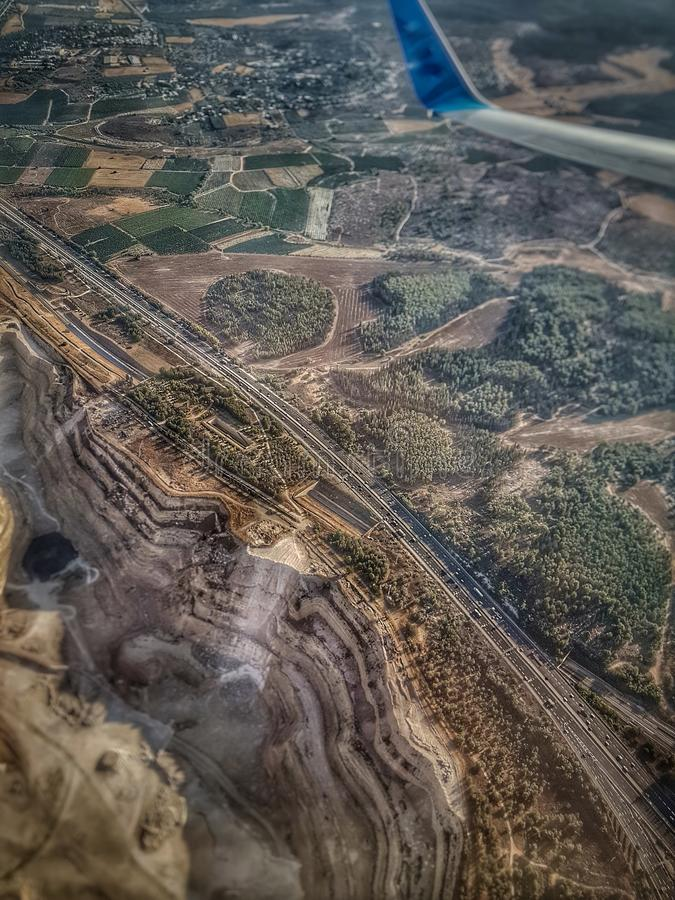 Εναέρια άποψη αεροπλάνων της μικρής διασταύρωσης κυκλικής κυκλοφορίας εθνικών οδών κοντά στο Ισραήλ, το πέτρινο λατομείο, granit  στοκ εικόνα με δικαίωμα ελεύθερης χρήσης