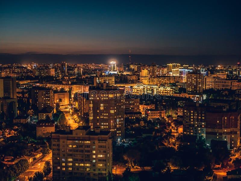 Εναέρια άποψη από τη στέγη της πόλης Voronezh, εικονική παράσταση πόλης νύχτας πανοράματος στοκ εικόνες