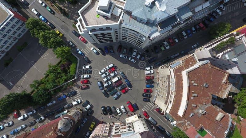 Εναέρια άποψη από τον κηφήνα πέρα από μια διασταύρωση κυκλικής κυκλοφορίας, στο Βουκουρέστι στοκ εικόνα