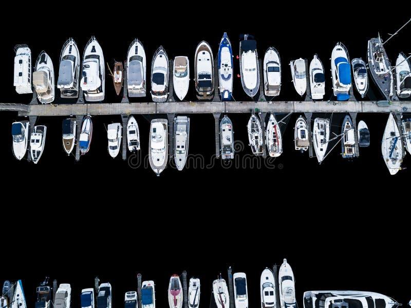 Εναέρια άποψη από τον κηφήνα της λέσχης και της μαρίνας γιοτ Τοπ άποψη της λέσχης γιοτ Άσπρες βάρκες στο θαλάσσιο νερό Γιοτ αποβα στοκ φωτογραφίες