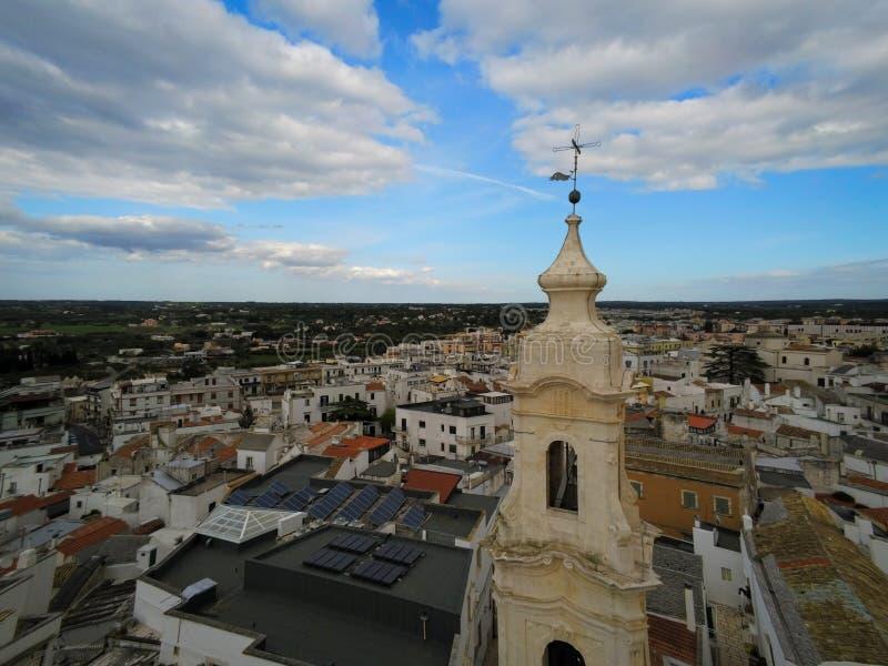 Εναέρια άποψη από τον κηφήνα του Belltower της εκκλησίας του Nativity στην πόλη Noci, κοντά στο Μπάρι, στην Ιταλία στοκ εικόνα