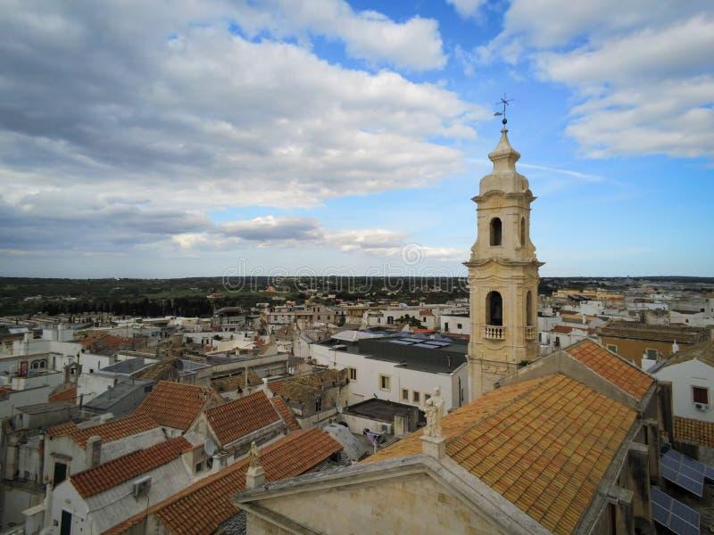 Εναέρια άποψη από τον κηφήνα του Belltower της εκκλησίας του Nativity στην πόλη Noci, κοντά στο Μπάρι, στην Ιταλία στοκ εικόνες