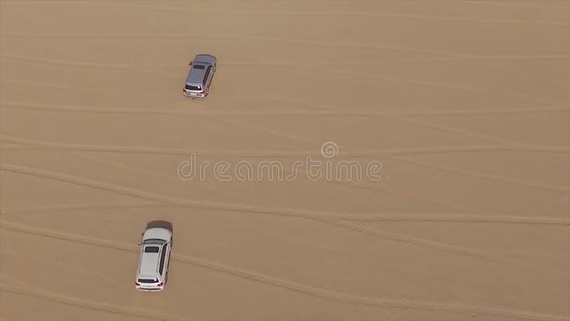 Εναέρια άποψη 4x4 από του οχήματος οδικού εδάφους που παίρνει τους τουρίστες στο bashing σαφάρι αμμόλοφων ερήμων στο Ντουμπάι, Ε. στοκ φωτογραφία με δικαίωμα ελεύθερης χρήσης