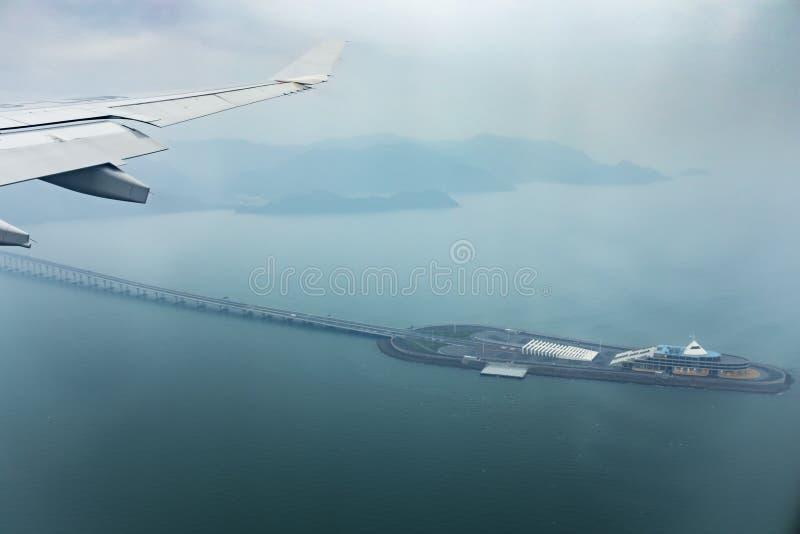 Εναέρια άποψη από το παράθυρο αεροπλάνων του Χογκ Κογκ - juhai - γέφυρα του Μακάο που διασχίζει το ωκεάνιο λιμάνι στοκ εικόνα με δικαίωμα ελεύθερης χρήσης