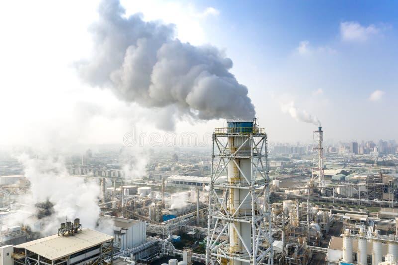 Εναέρια άποψη βιομηχανικής ζώνης με χημική μονάδα Καπνοδόχος από το εργοστάσιο στοκ φωτογραφίες