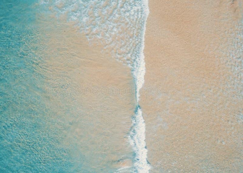 Εναέρια άποψη για την τροπική αμμώδη παραλία και τον γαλάζιο ωκεανό Κορυφαία θέα των κυμάτων των ωκεανών που φτάνουν στην ακτή τη στοκ εικόνες με δικαίωμα ελεύθερης χρήσης