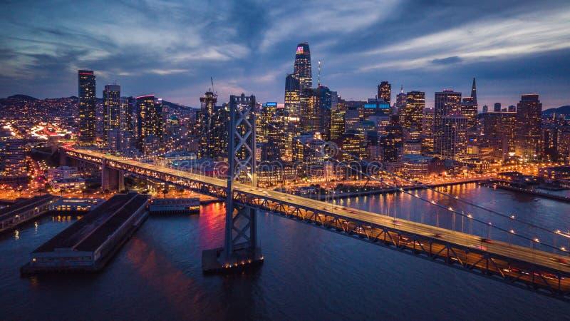 Εναέρια άποψη εικονικής παράστασης πόλης του Σαν Φρανσίσκο και της γέφυρας κόλπων τη νύχτα στοκ εικόνες