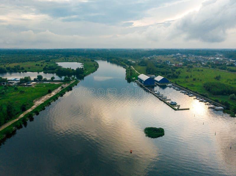Εναέρια άποψη ενός ευρύ ποταμού με την αντανάκλαση ουρανού στοκ εικόνες
