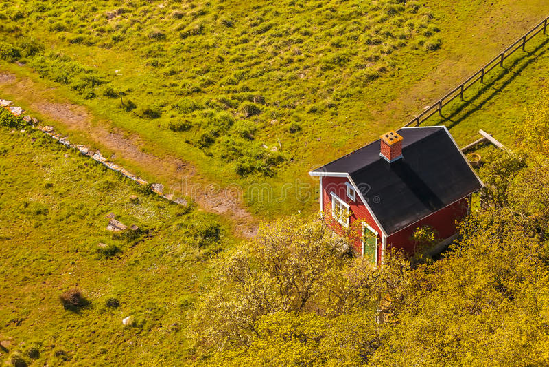 Εναέρια άποψη ενός μικρού σουηδικού αγροτικού σπιτιού στοκ φωτογραφία με δικαίωμα ελεύθερης χρήσης