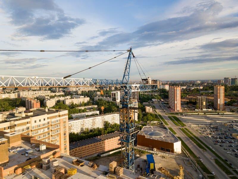 Εναέρια άποψη ενός νέου σύγχρονου σπιτιού κάτω από την κατασκευή με ένα μπλε στοκ φωτογραφία με δικαίωμα ελεύθερης χρήσης