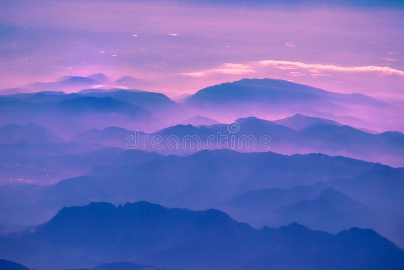 Εναέρια άποψη επάνω από τα αλπικά βουνά στοκ εικόνα με δικαίωμα ελεύθερης χρήσης