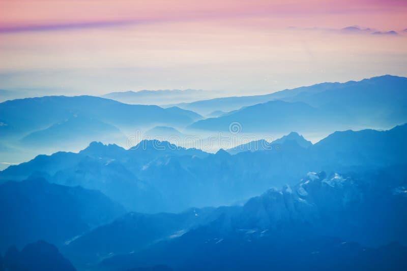 Εναέρια άποψη επάνω από τα αλπικά βουνά στοκ φωτογραφίες