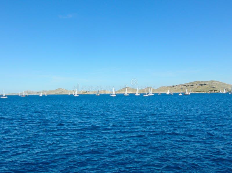 Εναέρια άποψη επιφάνειας θάλασσας Υπόβαθρο που πυροβολείται της σαφούς επιφάνειας θαλάσσιου νερού Μπλε θαλάσσιο νερό στην ηρεμία  στοκ εικόνα