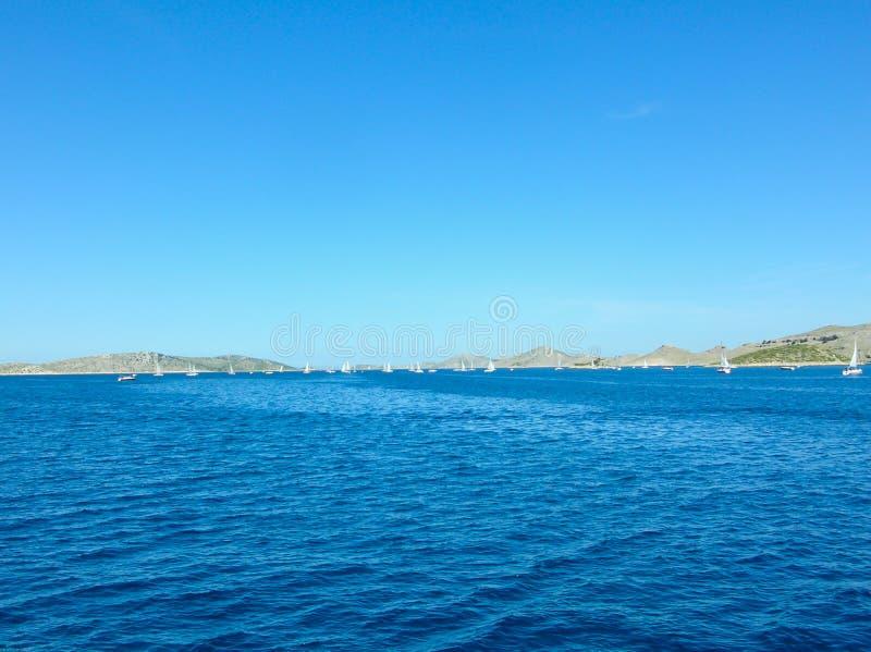Εναέρια άποψη επιφάνειας θάλασσας Υπόβαθρο που πυροβολείται της σαφούς επιφάνειας θαλάσσιου νερού Μπλε θαλάσσιο νερό στην ηρεμία  στοκ φωτογραφία