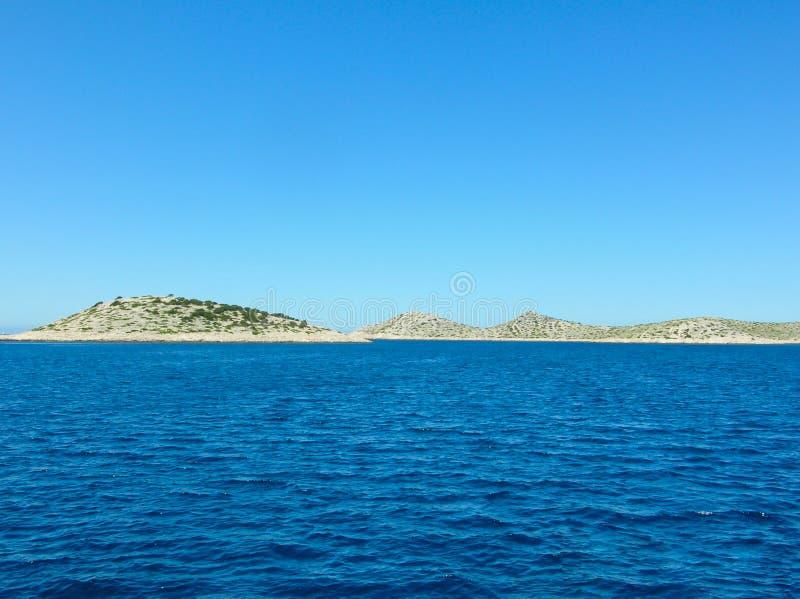 Εναέρια άποψη επιφάνειας θάλασσας Υπόβαθρο που πυροβολείται της σαφούς επιφάνειας θαλάσσιου νερού Μπλε θαλάσσιο νερό στην ηρεμία  στοκ εικόνες με δικαίωμα ελεύθερης χρήσης