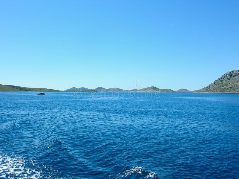 Εναέρια άποψη επιφάνειας θάλασσας Υπόβαθρο που πυροβολείται της σαφούς επιφάνειας θαλάσσιου νερού Μπλε θαλάσσιο νερό στην ηρεμία  στοκ εικόνα με δικαίωμα ελεύθερης χρήσης