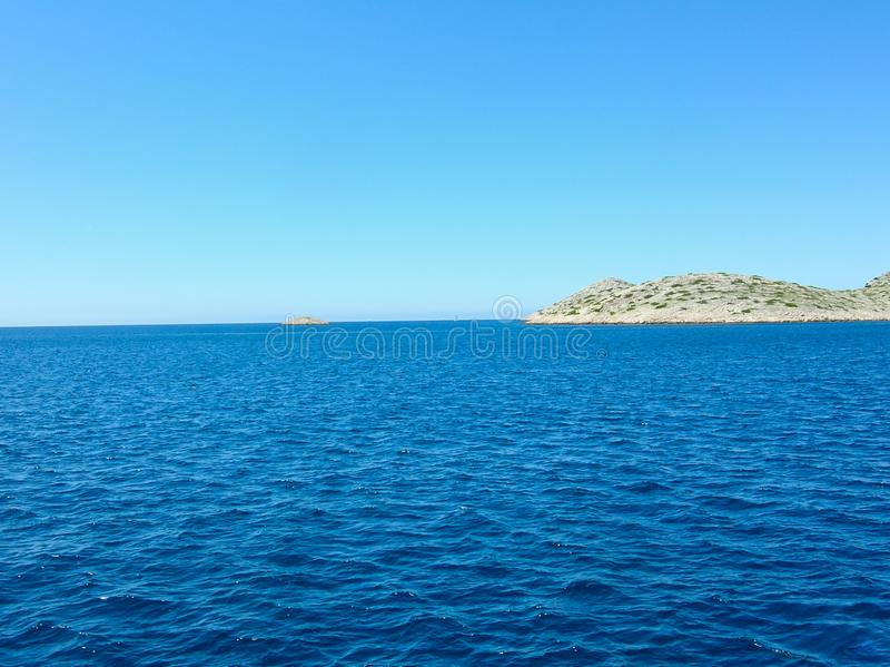Εναέρια άποψη επιφάνειας θάλασσας Υπόβαθρο που πυροβολείται της σαφούς επιφάνειας θαλάσσιου νερού Μπλε θαλάσσιο νερό στην ηρεμία  στοκ εικόνες