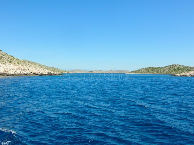 Εναέρια άποψη επιφάνειας θάλασσας Υπόβαθρο που πυροβολείται της σαφούς επιφάνειας θαλάσσιου νερού Μπλε θαλάσσιο νερό στην ηρεμία  στοκ φωτογραφίες με δικαίωμα ελεύθερης χρήσης