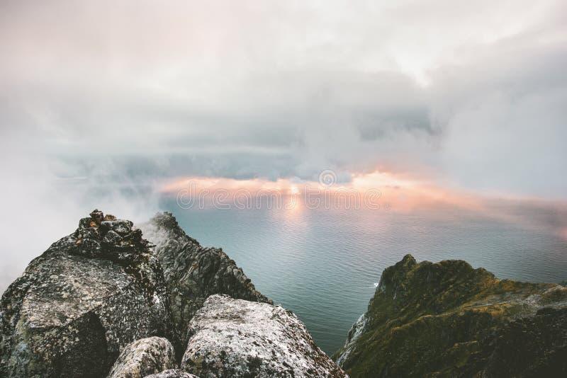Εναέρια άποψη ηλιοβασιλέματος από θάλασσα και τους βράχους βουνών τη τοπ στοκ φωτογραφία με δικαίωμα ελεύθερης χρήσης