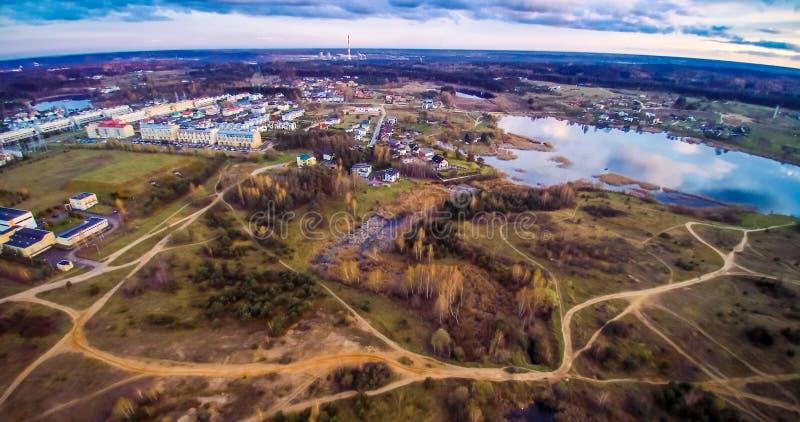 Εναέρια άποψη λιμνών και πόλεων στοκ εικόνες