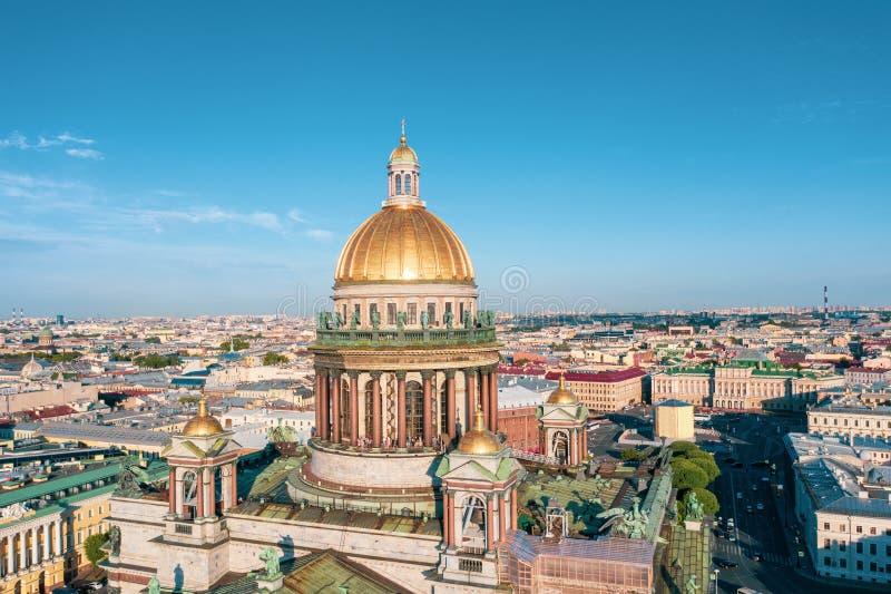 Εναέρια άποψη καθεδρικών ναών Αγίου Isaac που αγνοεί το ιστορικό μέρος της πόλης στοκ φωτογραφία με δικαίωμα ελεύθερης χρήσης