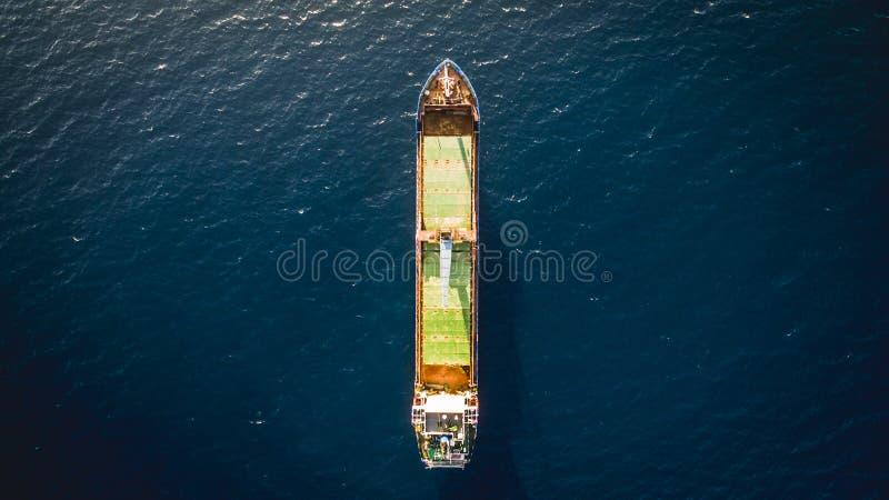 Εναέρια άποψη κηφήνων ενός απομονωμένου φορτηγού πλοίου στοκ εικόνες με δικαίωμα ελεύθερης χρήσης