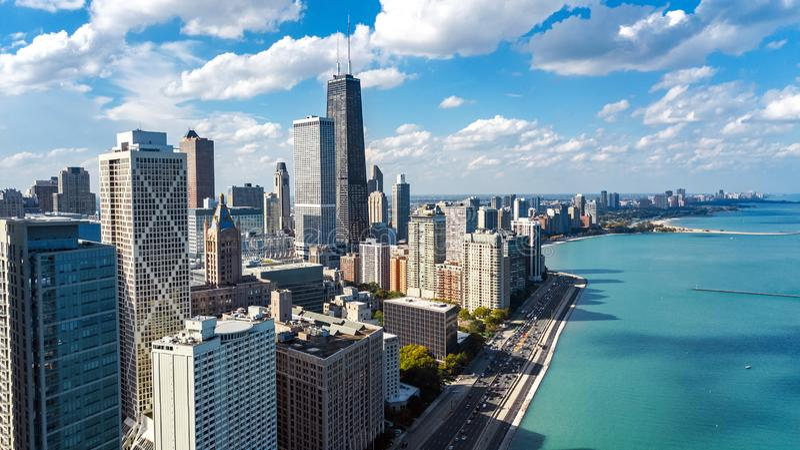 Εναέρια άποψη κηφήνων οριζόντων του Σικάγου άνωθεν, λίμνη Μίτσιγκαν και στο κέντρο της πόλης εικονική παράσταση πόλης ουρανοξυστώ στοκ εικόνες με δικαίωμα ελεύθερης χρήσης