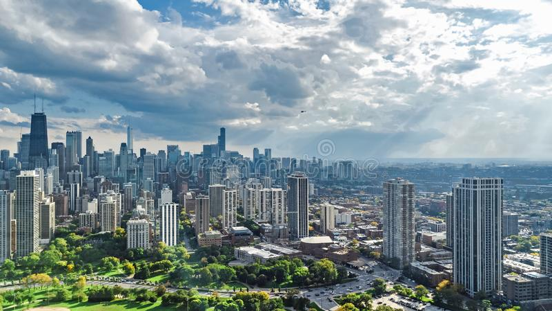 Εναέρια άποψη κηφήνων οριζόντων του Σικάγου άνωθεν, λίμνη Μίτσιγκαν και πόλη της στο κέντρο της πόλης εικονικής παράστασης πόλης  στοκ εικόνες με δικαίωμα ελεύθερης χρήσης