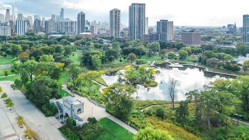 Εναέρια άποψη κηφήνων οριζόντων του Σικάγου άνωθεν, λίμνη Μίτσιγκαν και πόλη της στο κέντρο της πόλης εικονικής παράστασης πόλης  στοκ εικόνες