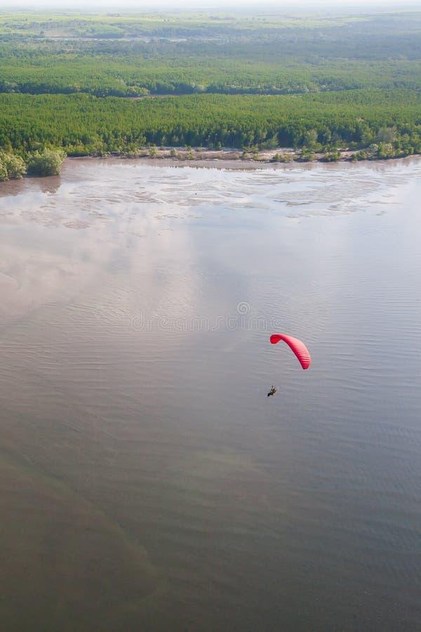Εναέρια άποψη, κόκκινο ανεμόπτερο ή paramotor που πετούν πέρα από τη θάλασσα, πράσινα υπόβαθρα νησιών μαγγροβίων Εθνικό πάρκο Cha στοκ εικόνα με δικαίωμα ελεύθερης χρήσης