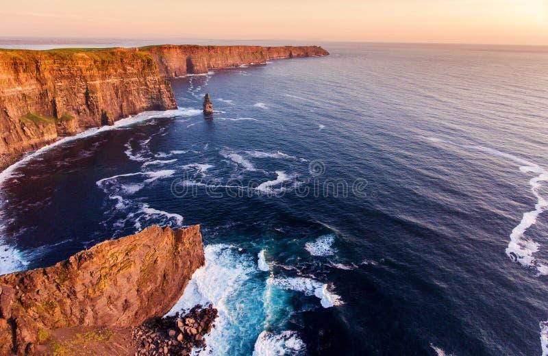 Εναέρια άποψη ματιών πουλιών από τους παγκοσμίως διάσημους απότομους βράχους του moher στο νομό clare Ιρλανδία όμορφο ιρλανδικό φ στοκ φωτογραφίες με δικαίωμα ελεύθερης χρήσης