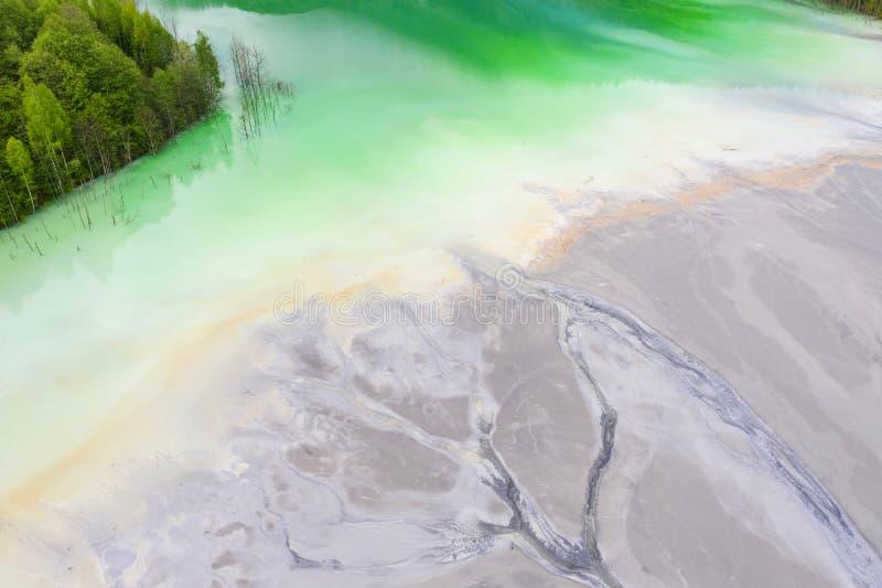 Εναέρια άποψη μεγάλων αποβλήτων που μεταγγίζουν τη λίμνη στοκ φωτογραφίες με δικαίωμα ελεύθερης χρήσης