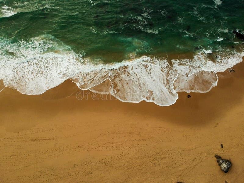 Εναέρια άποψη μιας μεγάλης αμμώδους παραλίας με τα κύματα Πορτογαλική ακτή στοκ φωτογραφία με δικαίωμα ελεύθερης χρήσης