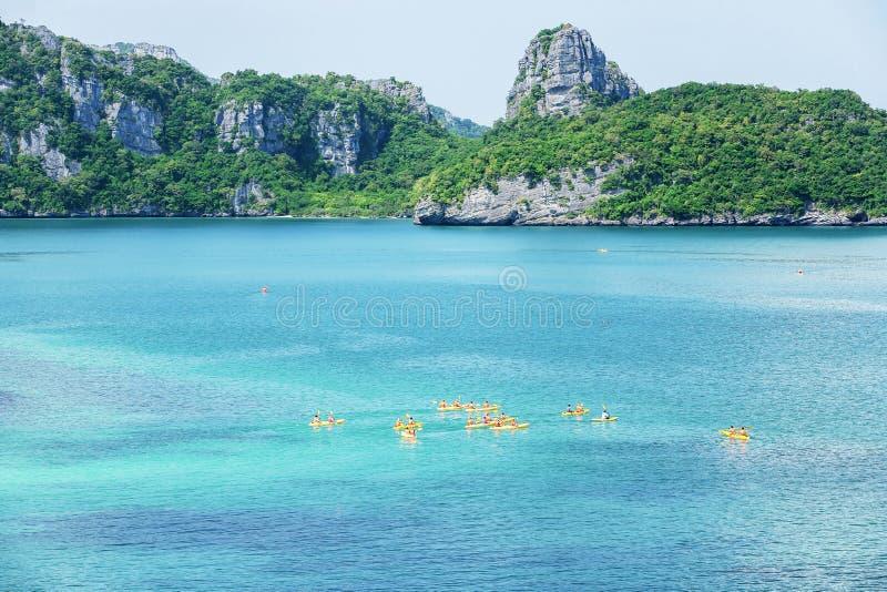 Εναέρια άποψη, μια ομάδα τουριστών που στον μπλε ωκεανό στη θερινή ημέρα, τροπικό σκηνικό νησιών Koh της MU λουρί ANG, Σουράτ στοκ φωτογραφία