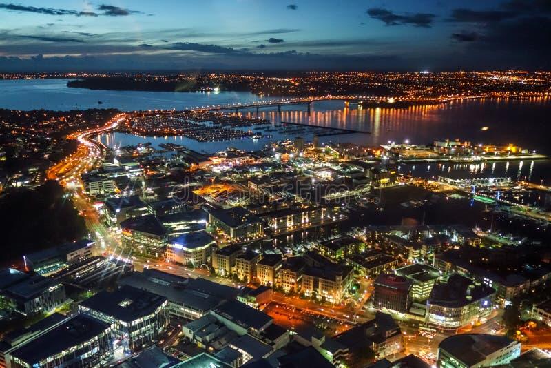 Εναέρια άποψη νύχτας του Ώκλαντ, Νέα Ζηλανδία στοκ φωτογραφία με δικαίωμα ελεύθερης χρήσης