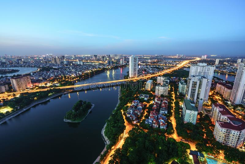 Εναέρια άποψη οριζόντων της εικονικής παράστασης πόλης του Ανόι στο λυκόφως Χερσόνησος φραγμάτων Linh, περιοχή Hoang Mai, Ανόι, Β στοκ εικόνα με δικαίωμα ελεύθερης χρήσης
