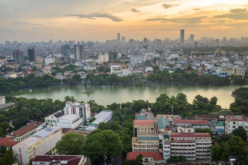 Εναέρια άποψη οριζόντων της λίμνης ή Ho Guom, περιοχή Hoan Kiem λιμνών ξιφών στο λυκόφως Το Hoan Kiem είναι κέντρο της πόλης του  στοκ εικόνα