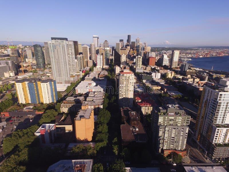 Εναέρια άποψη πέρα από τα διά αστικά στο κέντρο της πόλης κτήρια οριζόντων πόλεων του Σιάτλ στοκ φωτογραφία