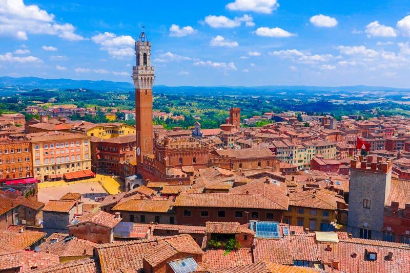 Εναέρια άποψη πέρα από τα ιστορικά κτήρια στην παλαιά πόλη της Σιένα, Ιταλία στοκ φωτογραφία