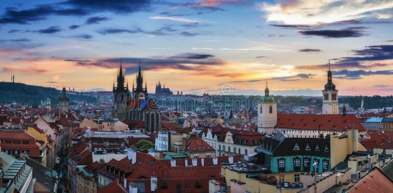 Εναέρια άποψη πέρα από την εκκλησία της κυρίας μας πριν από Tyn, παλαιά πόλη και Pra στοκ εικόνα με δικαίωμα ελεύθερης χρήσης