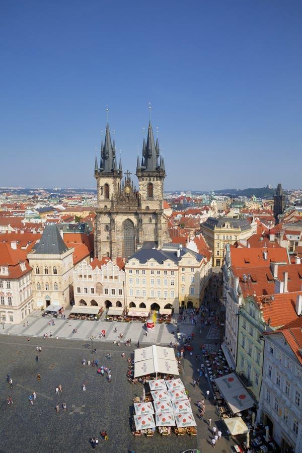 Εναέρια άποψη πέρα από την εκκλησία της κυρίας μας πριν από Tyn στην παλαιά πλατεία της πόλης στην Πράγα, στοκ φωτογραφία με δικαίωμα ελεύθερης χρήσης