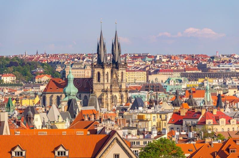 Εναέρια άποψη πέρα από την εκκλησία της κυρίας μας πριν από Tyn στην παλαιά πλατεία της πόλης στην Πράγα, Δημοκρατία της Τσεχίας στοκ εικόνα με δικαίωμα ελεύθερης χρήσης