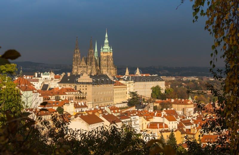 Εναέρια άποψη πέρα από την εκκλησία της κυρίας μας πριν από Tyn, την παλαιά πόλη και το Κάστρο της Πράγας στο ηλιοβασίλεμα στην Π στοκ φωτογραφίες με δικαίωμα ελεύθερης χρήσης
