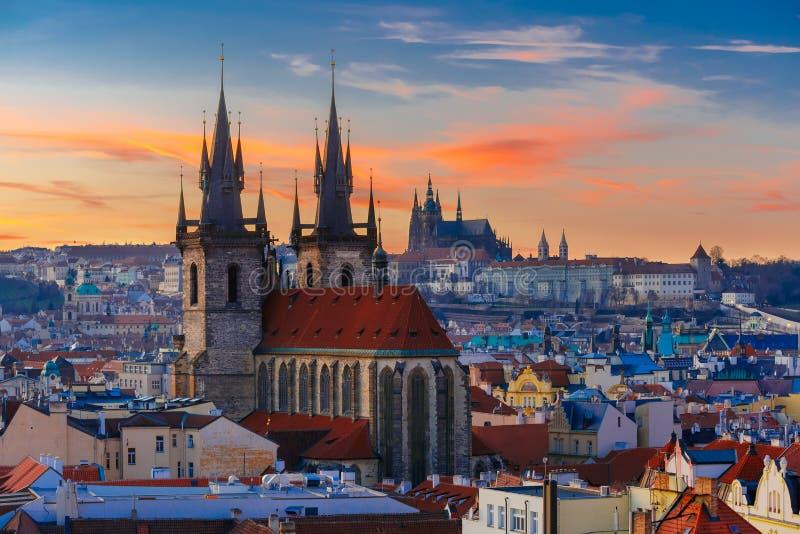 Εναέρια άποψη πέρα από την παλαιά πόλη στο ηλιοβασίλεμα, Πράγα στοκ φωτογραφία με δικαίωμα ελεύθερης χρήσης