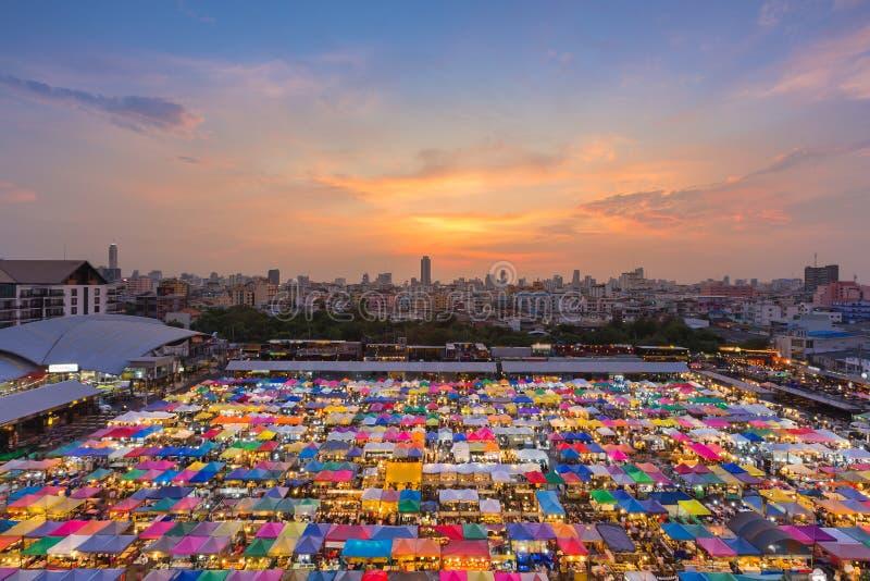 Εναέρια άποψη πέρα από την πολλαπλάσια κορυφή στεγών αγοράς Σαββατοκύριακου χρώματος στοκ εικόνες