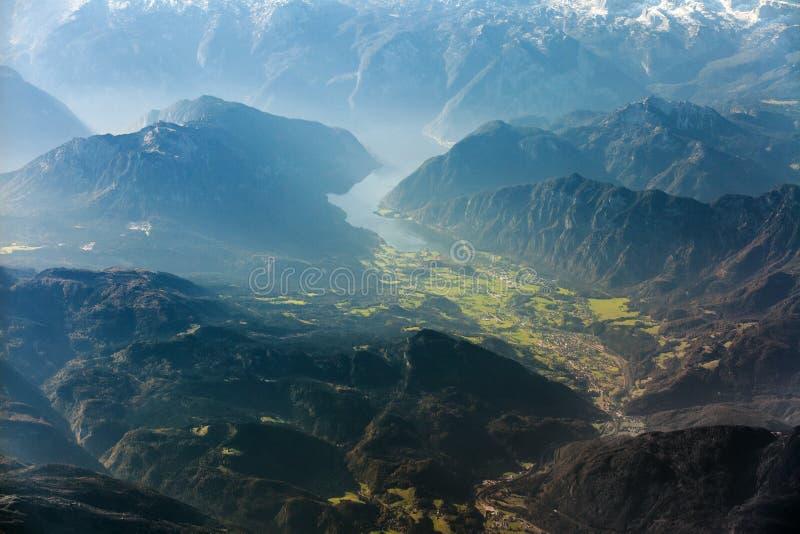 Εναέρια άποψη πέρα από τη λίμνη Hallstatt, Άνω Αυστρία, Αυστρία στοκ εικόνες