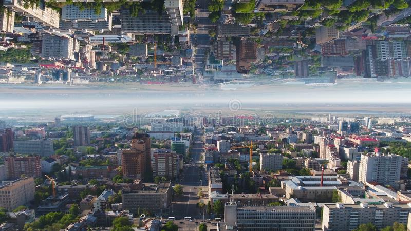 Εναέρια άποψη πέρα από τις περιοχές πόλης της Μόσχας σε θερινό ηλιόλουστο ημερησίως, Ρωσία, επίδραση οριζόντων καθρεφτών μέσα Όμο στοκ φωτογραφία με δικαίωμα ελεύθερης χρήσης