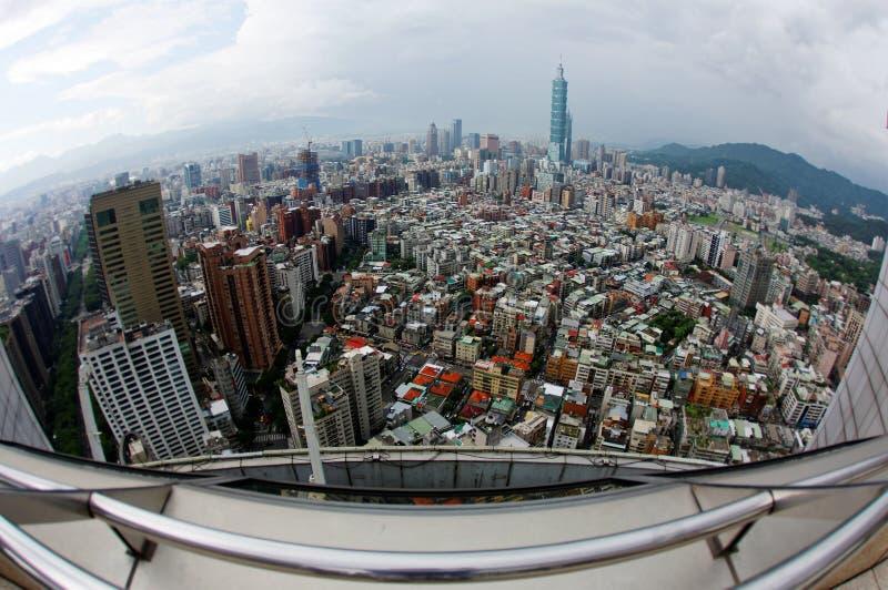 Εναέρια άποψη πανοράματος fisheye πέρα από τη Ταϊπέι, πρωτεύουσα της Ταϊβάν, με τη Ταϊπέι 101 πύργος μεταξύ των ουρανοξυστών στοκ εικόνα με δικαίωμα ελεύθερης χρήσης