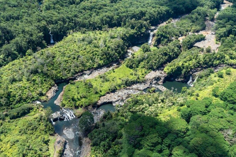 Εναέρια άποψη, πολλαπλάσιοι καταρράκτες σχετικά με το μεγάλο νησί της Χαβάης  λίμνες κάτω από τις πτώσεις Από το πράσινο φύλλωμα  στοκ εικόνες